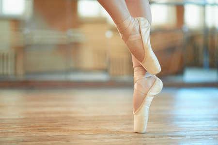 Foto de beautiful legs of a dancer in pointe - Imagen libre de derechos