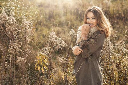 Photo pour Young girl smiling in autumn scenery - image libre de droit