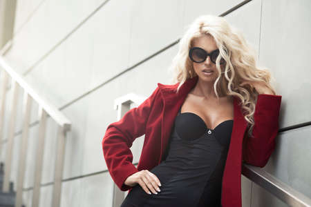 Photo pour Sexy woman with sunglasses in city - image libre de droit