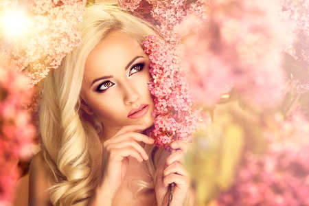Foto de Beauty fashion model girl with lilac flowers - Imagen libre de derechos
