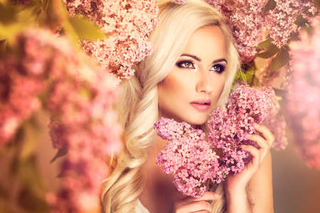 Foto de Beauty fashion model girl with lilac flowers - Imagen libre de derechos