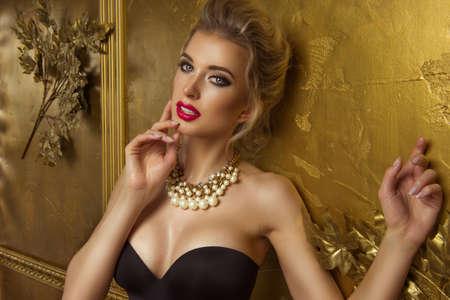 Photo pour Beauty woman over gold background - image libre de droit