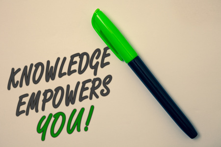 Photo pour Handwriting text writing Knowledge Empowers You Call. Concept meaning Education responsible to achieve your success Ideas message beige background green pen pens marker markers intention - image libre de droit