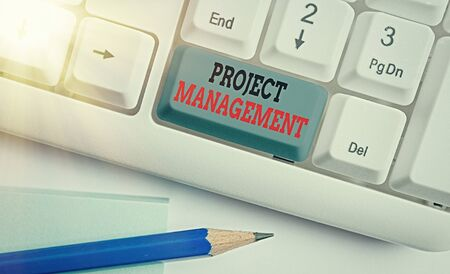 Foto de Writing note showing Project Management. Business concept for practice of the work of a team to achieve specific goals White pc keyboard with empty note paper above white key copy space - Imagen libre de derechos
