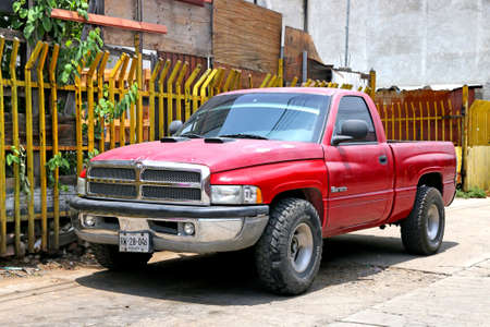 Photo pour Oaxaca, Mexico - May 25, 2017: Red pickup truck Dodge Ram 1500 in the city street. - image libre de droit