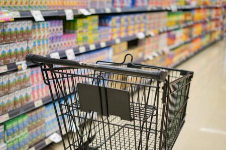 Foto de Abstract blurred photo of trolley in department store bokeh background,Shopping cart in supermarket ,vintage color - Imagen libre de derechos