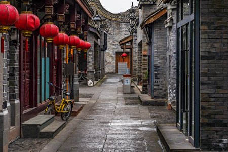 Photo pour CHENGDU, CHINA - OCTOBER 02: Old alley with traditional Chinese architecture in Luodai ancient town on October 02, 2018 in Chengdu - image libre de droit