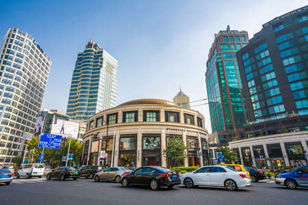 Foto de SHANGHAI, CHINA, OCTOBER 28: View of the Starbucks Reserve Roastery, the largest starbucks in the world located in the Jing'an district on October 28, 2019 in Shanghai - Imagen libre de derechos