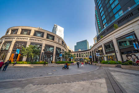 Foto de SHANGHAI, CHINA, OCTOBER 28: Shopping mall next door to the famous Starbucks Reserve Roastery in the Jing'an district on October 28, 2019 in Shanghai - Imagen libre de derechos