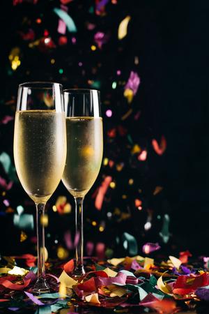 Foto de Two bright icy champagne glasses and confetti falling - Imagen libre de derechos
