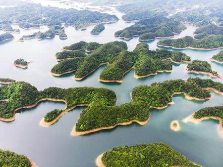 Foto de Aerial View of Thousand island lake. Bird view of Freshwater Qiandaohu. Sunken Valley in Chunan Country, Hangzhou, Zhejiang Province, China Mainland. - Imagen libre de derechos