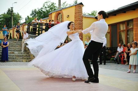 Photo pour first wedding dance - image libre de droit