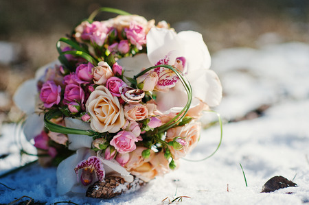 Foto de wedding bouquet at the winter day - Imagen libre de derechos