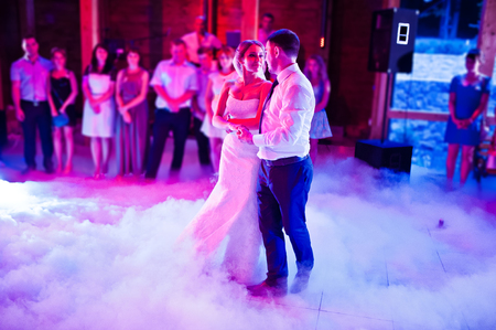 Foto de Amazing first wedding dance on heavy smoke - Imagen libre de derechos