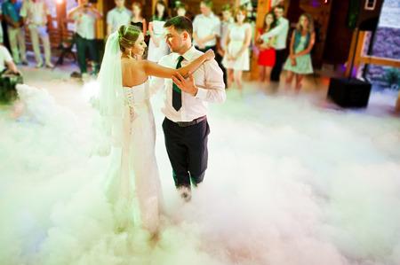 Foto de Amazing first wedding dance on heavy smoke - Imagen libre de derechos
