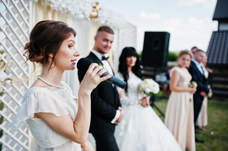 Photo pour Master of ceremony speech on microphone background wedding couple. - image libre de droit