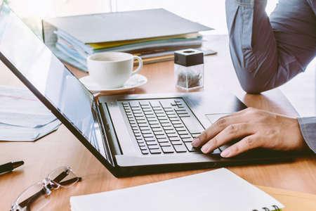 Foto de Businessman Using Laptop with coffee - Imagen libre de derechos