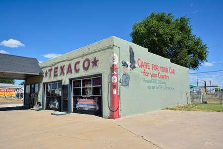 Photo pour Tucumcari, New Mexico - July 21, 2017: Texaco gas station in Tucumcari, the Texaco logo on Route 66. - image libre de droit