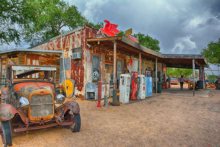 Photo pour Hackberry, Arizona, Usa - July 24, 2017: The famous historic route 66 highway with the old general store is visited by people from all of the world. - image libre de droit