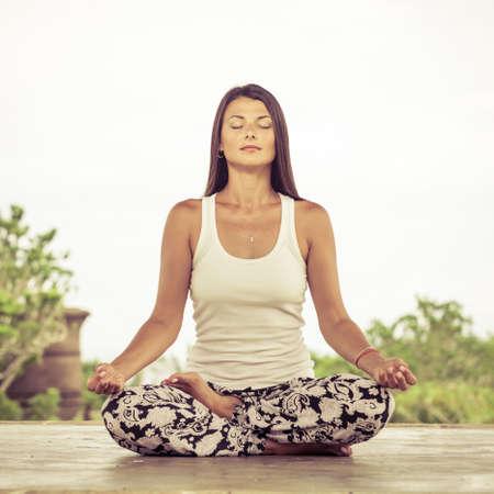 Foto de Yoga. Young woman doing yoga exercise outdoor at the day time. - Imagen libre de derechos