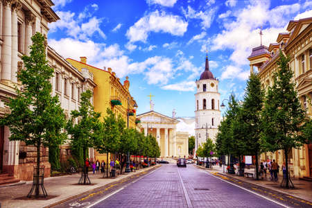 Foto de Cathedral square seen from Gediminas Avenue, the main street of Vilnius, Lithuania, a popular shopping and dining location - Imagen libre de derechos