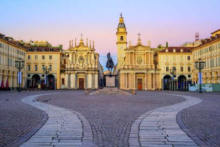 Foto de Piazza San Carlo square and twin churches of Santa Cristina and San Carlo Borromeo in the Old Town center of Turin, Italy, on sunrise - Imagen libre de derechos