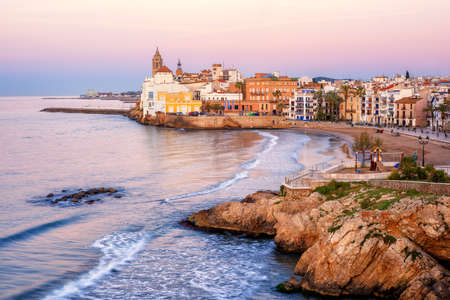Foto de Sand beach and historical Old Town in mediterranean resort Sitges near Barcelona, Costa Dorada, Catalonia, Spain - Imagen libre de derechos