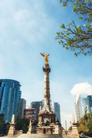 Foto de The Angel of Independence stands in the center of a roundabout in Mexico City, Mexico. - Imagen libre de derechos