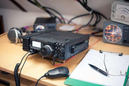 Foto de Amateur radio station: closeup of an a radio transciever - Imagen libre de derechos