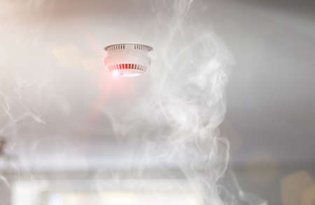 Photo pour Smoke detector mounted on roof in apartment - image libre de droit