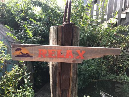 Photo pour A wooden sign that reads Take It Easy. - image libre de droit