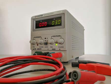Foto de Precise variable voltage and current power supply used in prototyping and engineering - Imagen libre de derechos