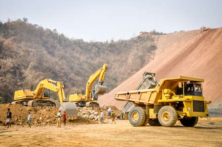 Photo pour photo of excavator and truck, in Hpa Kant jade mine, Myanmar - image libre de droit