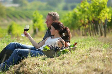 Photo pour Couple tasting wine at a vineyard - image libre de droit
