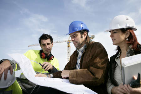 Photo pour Construction workers discussing plans - image libre de droit