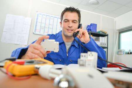 Foto de Electrician in the office - Imagen libre de derechos