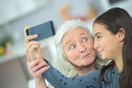 Foto de Grandma and girl taking a photo of themselves - Imagen libre de derechos