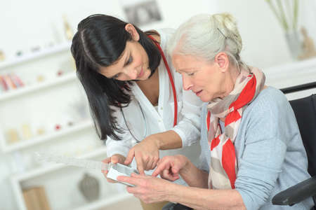 Foto de Senior woman organising her medication - Imagen libre de derechos