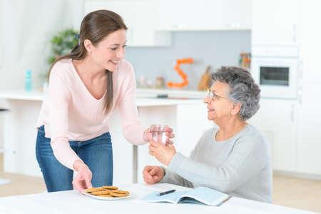 Photo pour Senior lady needs to take her pills - image libre de droit