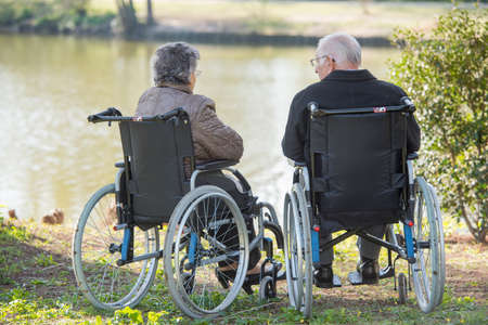 Foto de couple next to the lake - Imagen libre de derechos