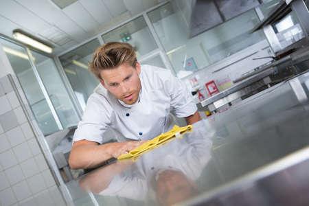 Foto de kitchen chef cleaning the restaurants kitchen - Imagen libre de derechos