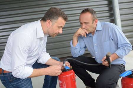 Photo pour fire extinguisher safety training - image libre de droit