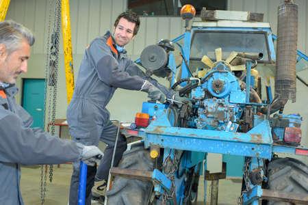 Photo pour fixing a tractor - image libre de droit