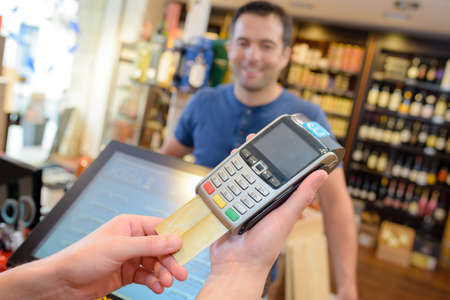 Photo pour Card payment in liquor store - image libre de droit