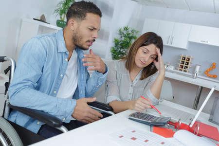 Photo pour couple at home grinding out some numbers - image libre de droit