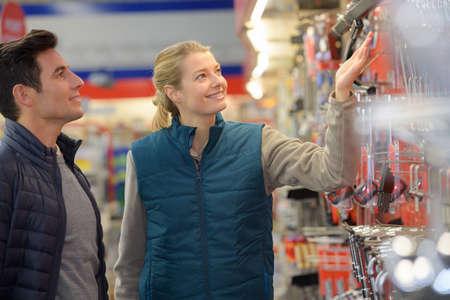 Foto für hardwarer store worker assisting customer - Lizenzfreies Bild