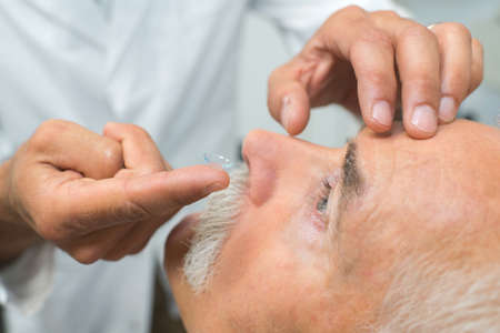 Foto de doctor putting contact lenses to patient - Imagen libre de derechos