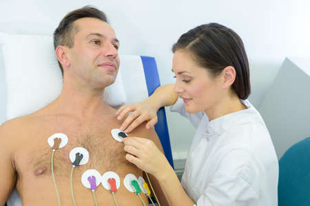Foto de man to perform an electrocardiogram - Imagen libre de derechos