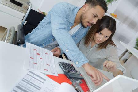 Photo pour couple sorting out finances - image libre de droit