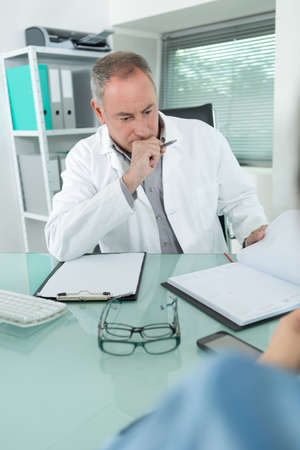 Photo pour doctor in consulting room - image libre de droit